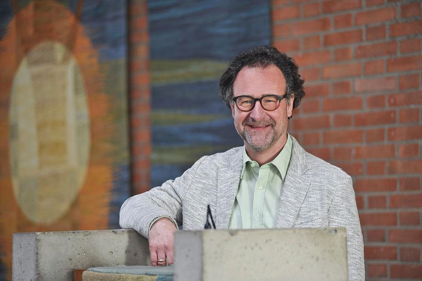 Pastor Christian Gauer steht an der Kanzel - Copyright: Ev.-Luth. Johann-Hinrich-Wichern-Kirchengemeinde zu Lübeck