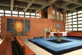 Blick auf den Altarbereich der Wichernkirche